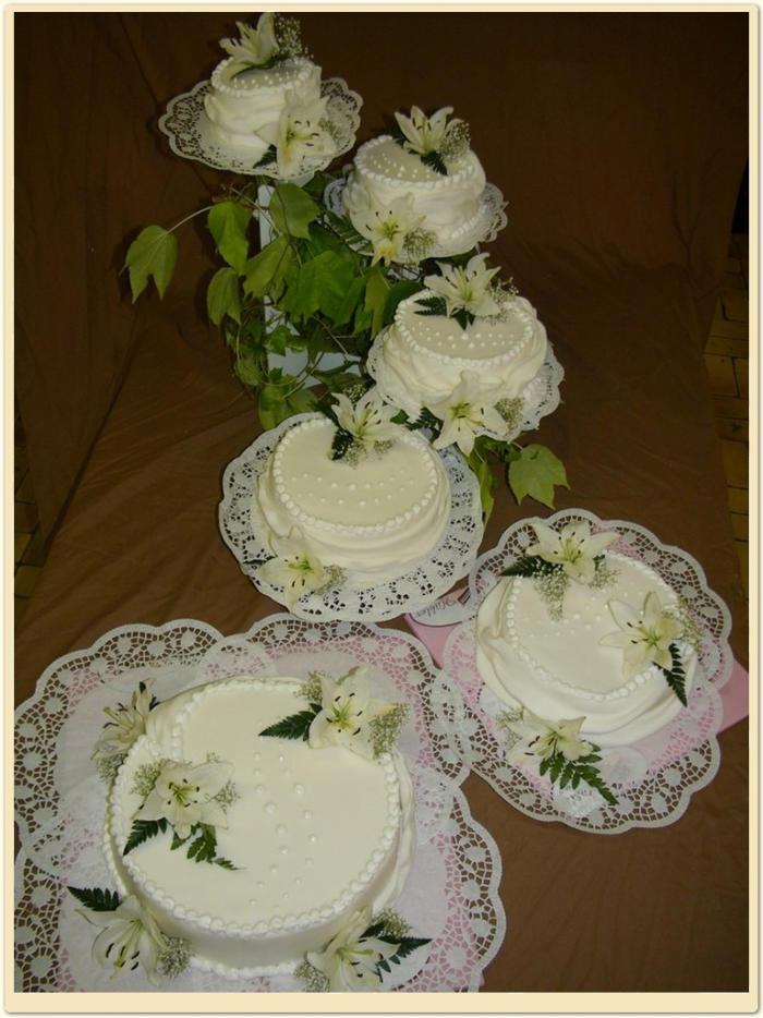 Hochzeitstorte 6 Stock Weiss Mit Lilien Konditorei Hubler